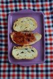 Pan de la tostada con el atasco para el desayuno Imagenes de archivo