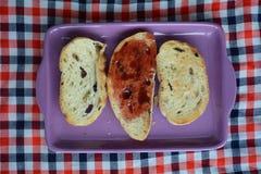 Pan de la tostada con el atasco para el desayuno Fotos de archivo