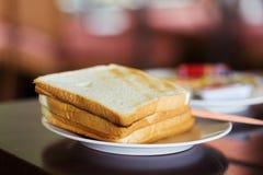 Pan de la tostada en una placa Fotografía de archivo