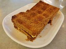 Pan de la tostada en una placa blanca Foto de archivo