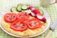 Pan de Naan con las rebanadas del tomate Fotos de archivo libres de regalías