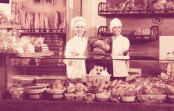 Pan de ofrecimiento del personal de la panadería imágenes de archivo libres de regalías
