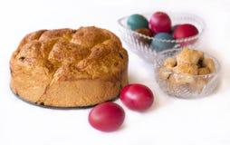 Pan de Pascua con los huevos coloreados Imagen de archivo