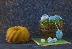Pan de Pascua y huevos de Pascua azules en una cesta en la tabla de piedra oscura foto de archivo libre de regalías