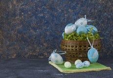 Pan de Pascua y huevos de Pascua azules en una cesta en la tabla de piedra oscura imagen de archivo libre de regalías