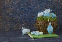 Pan de Pascua y huevos de Pascua azules en una cesta en la tabla de piedra oscura fotos de archivo libres de regalías