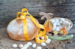 Pan de Pascua y huevos de Pascua, festival de Pascua, decoración el los días de Pascua Foto de archivo libre de regalías