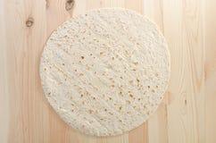 Pan de Pita en tablón de madera de la cocina Foto de archivo libre de regalías