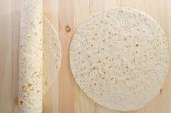 Pan de Pita en tablón de madera de la cocina Fotografía de archivo libre de regalías