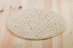 Pan de Pita en tablón de madera de la cocina Imagenes de archivo