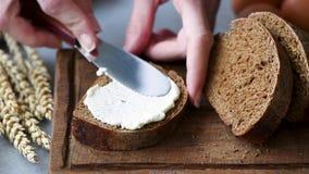 Pan de Rye con el queso cremoso almacen de video