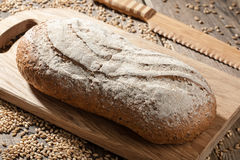 Pan de Rye con las semillas en una tabla de cortar foto de archivo libre de regalías