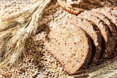 Pan de Rye con las semillas en una tabla de madera imágenes de archivo libres de regalías