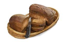 Pan de Rye, corte en pedazos, y el cuchillo Fotos de archivo libres de regalías