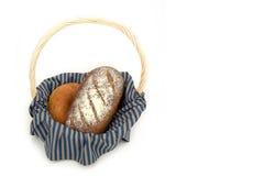 Pan de Rye en una cesta aislada en un fondo blanco Foto de archivo