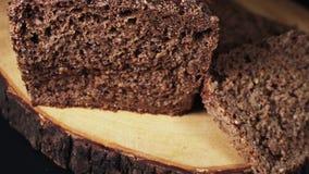 Pan de Rye oscuro cortado que gira en la tajadera metrajes