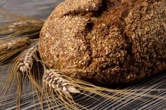 Pan de Rye que miente en una tabla de madera vieja Imagen de archivo libre de regalías