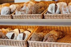 Pan del artesano en los estantes Foto de archivo libre de regalías