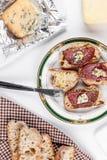 Pan del Baguette con queso verde Imágenes de archivo libres de regalías
