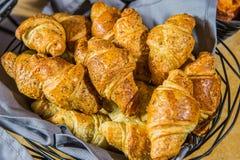 Pan del cruasán en línea de la comida fría Foto de archivo