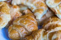 Pan del cruasán en línea de la comida fría Fotos de archivo libres de regalías