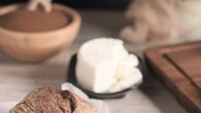 Pan del pan de la malta con queso cremoso almacen de video