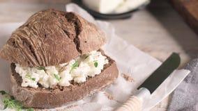 Pan del pan de la malta con queso cremoso almacen de metraje de vídeo