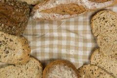 Pan del grano en fondo de madera Fotos de archivo libres de regalías