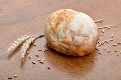 Pan del pan con los granos del trigo Fotografía de archivo libre de regalías