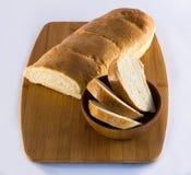 Pan del pan francés en tabla de cortar Imagen de archivo