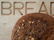 Pan del pan fresco de Multigrain que espera para ser cortado imagen de archivo libre de regalías