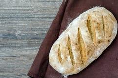 Pan del pan rústico tradicional en fondo de madera Fotos de archivo