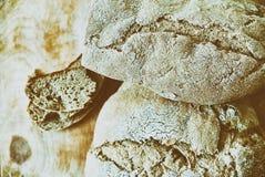 Pan del pan recientemente cocido hecho en casa en superficie del vintage Foto de archivo libre de regalías