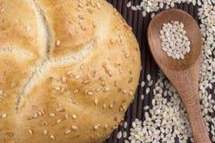 Pan del sésamo con la semilla de sésamo en cuchara de madera foto de archivo libre de regalías
