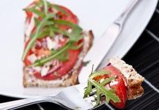 Pan del tomate con el pedazo en una fork Foto de archivo