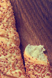 Pan del trigo con sésamo en un tablero fotografía de archivo libre de regalías