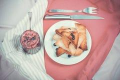 Pan delicioso de las tostadas con el atasco hecho en casa de la pasa con la bifurcación y k imagen de archivo