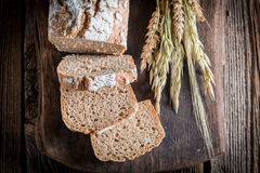Pan delicioso y fresco con los granos enteros imagen de archivo libre de regalías