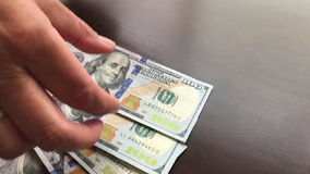 Pan der Frau Hunderte von den Dollar in bar heraus zählend stock video footage