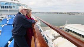 Pan des älteren Paar-Anblicks sehend auf Kreuzschiff-Plattform stock video
