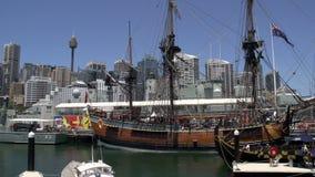 Pan des nationalen Seemuseums des süßen Hafens in Sydney mit Sydney-Turm und -Skylinen am Hintergrund stock video
