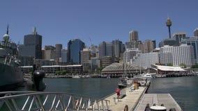 Pan des Sydney-Turms und -Skyline zu einem Marineschiff im nationalen Seemuseum des süßen Hafens stock footage