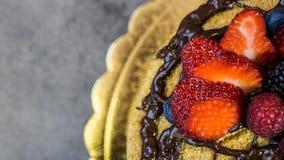 Pan di Spagna, cioccolato sulle fragole superiori e succose, primo piano immagine stock