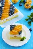 Pan di Spagna con la mousse del yogurt Fotografie Stock Libere da Diritti