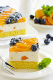 Pan di Spagna con la mousse del yogurt Immagine Stock