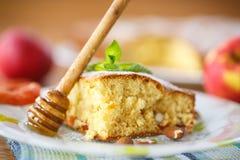 Pan di Spagna con le albicocche secche e le mandorle immagini stock