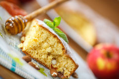 Pan di Spagna con le albicocche secche e le mandorle fotografia stock