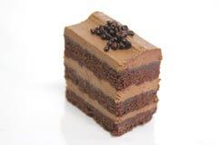 Pan di Spagna del cioccolato sul piatto bianco fotografie stock