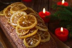Pan di Spagna del limone con le fette candite del limone fotografia stock libera da diritti