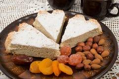 Pan di Spagna e frutta secca Fotografie Stock Libere da Diritti